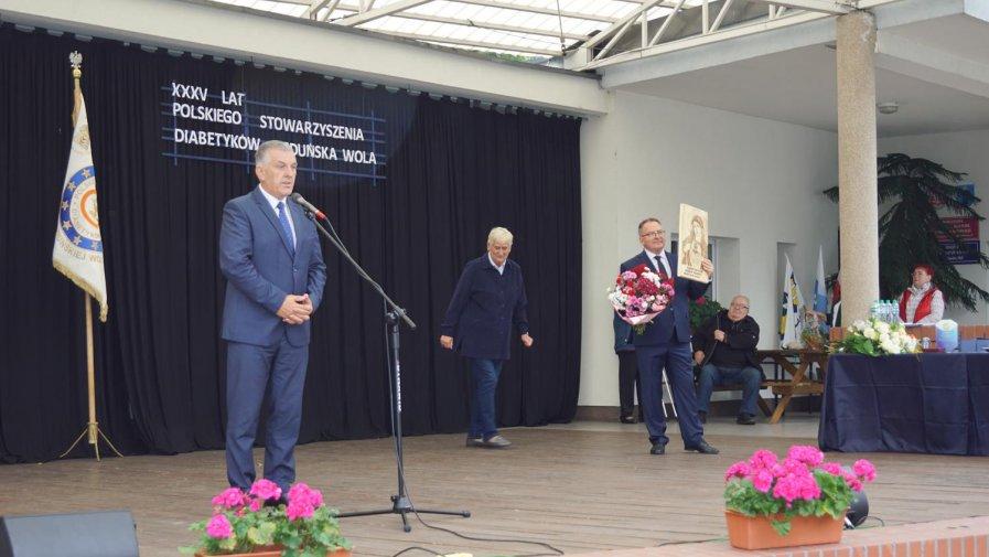 Wręczenie obrazu wypalonego na desce dla Pana Henryka Domagały - Prezesa Miejsko Powiatowego Oddziału Polskiego Stowarzyszenia Diabetyków w Zduńskiej Woli